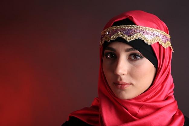 美しいイスラム教徒のアラビア語の女性