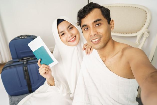 美しいイスラム教徒のカップルメッカ巡礼とumrah