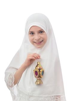 Красивая мусульманская девушка в хиджабе с фонарем рамадан