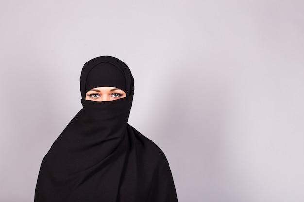 검은 burqa 근접 촬영을 입고 아름 다운 이슬람 소녀입니다.