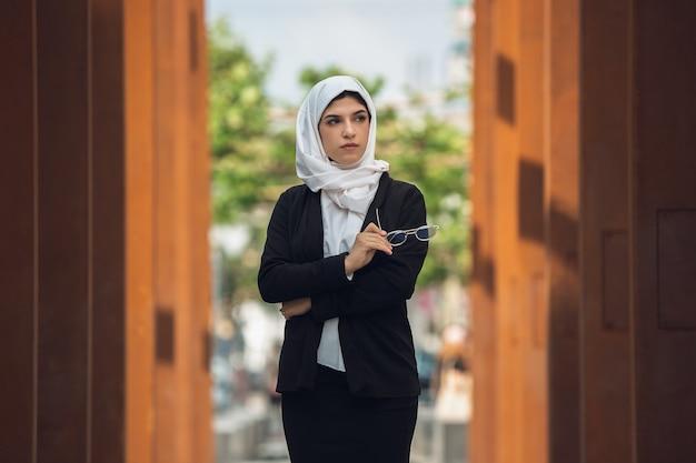 Красивый мусульманский успешный портрет деловой женщины уверенно счастливый генеральный директор