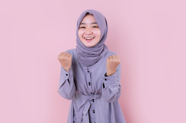 陽気で美しいイスラム教徒の女性