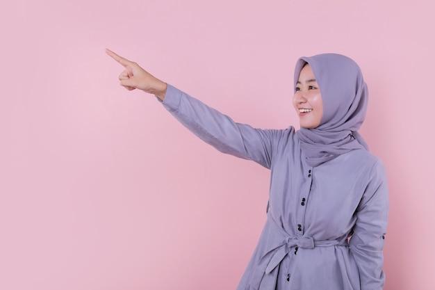 上向きの美しいイスラム教徒の女性