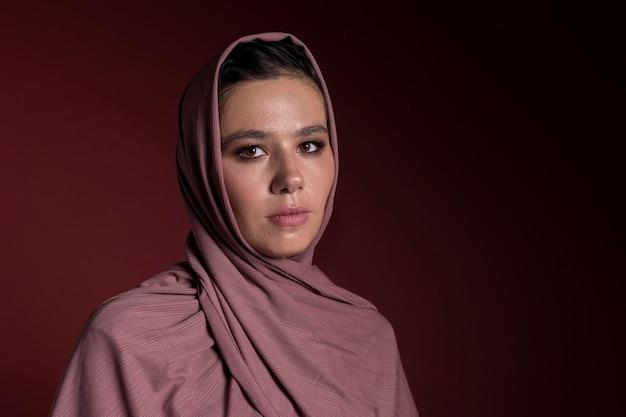 ヒジャーブを身に着けている美しいイスラム教徒の女性