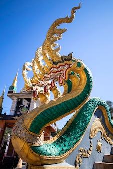 Красивое изображение наги в старом храме таиланда