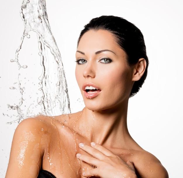 젖은 몸과 물 밝아진 아름다운 벌거 벗은 여자