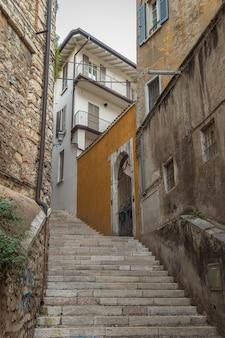 ブレシア市の2階にある美しい狭い路地。イタリアのロンバルディア地方の歴史的建造物。北イタリアの冬の旅。ヨーロッパ旅行。