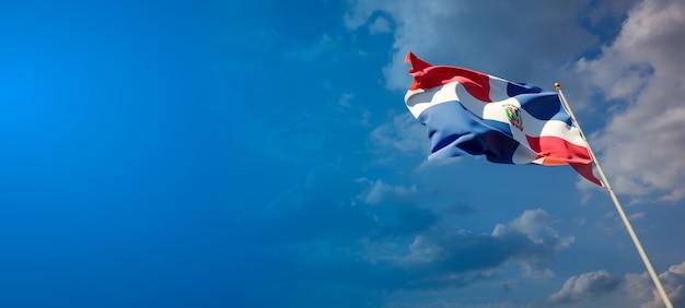 Красивый национальный государственный флаг доминиканской республики на голубом небе