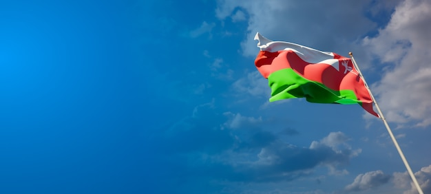 Красивый национальный государственный флаг омана на голубом небе