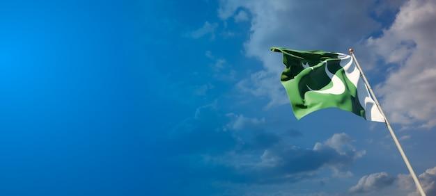 青い空にパキスタンの美しい国民国家の旗