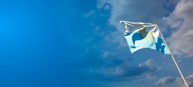 青い空にサンマリノの美しい国民国家の旗