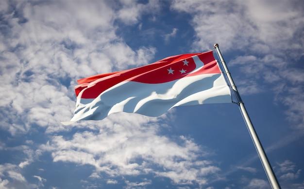 Красивый национальный государственный флаг сингапура развевается на голубом небе