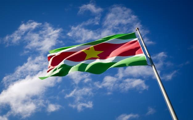 スリナムの美しい国民国家の旗がはためく