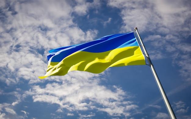 Красивый национальный государственный флаг украины развевается на голубом небе