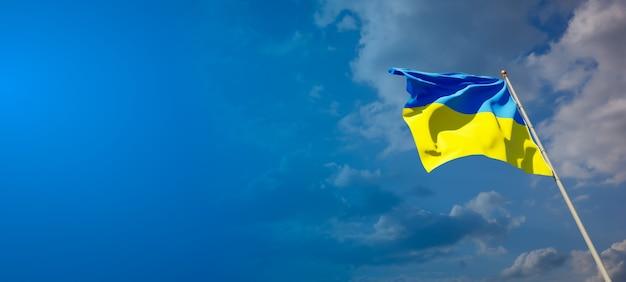 Красивый национальный государственный флаг украины на голубом небе