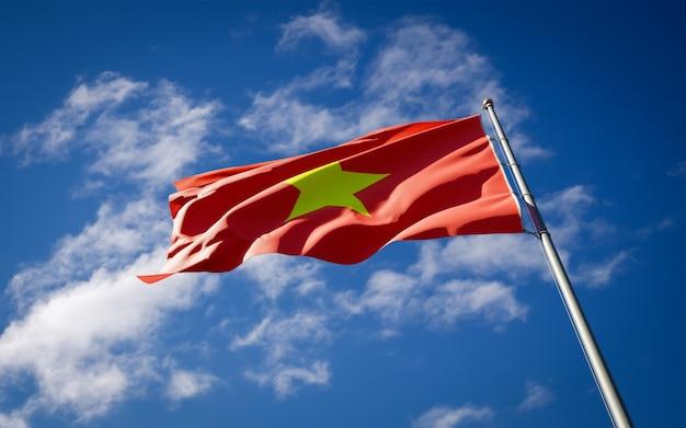 Красивый национальный государственный флаг вьетнама развевается на голубом небе