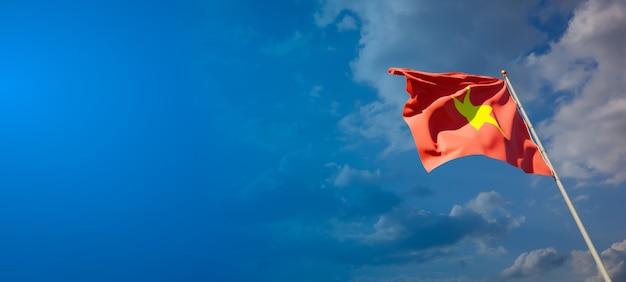 Красивый национальный государственный флаг вьетнама на голубом небе