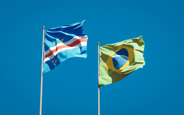 Красивые национальные государственные флаги бразилии и кабо-верде вместе на голубом небе