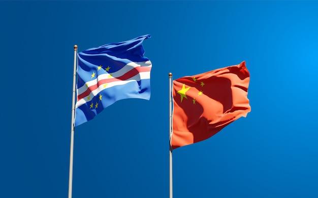 Красивые национальные государственные флаги китая и кабо-верде вместе в небе