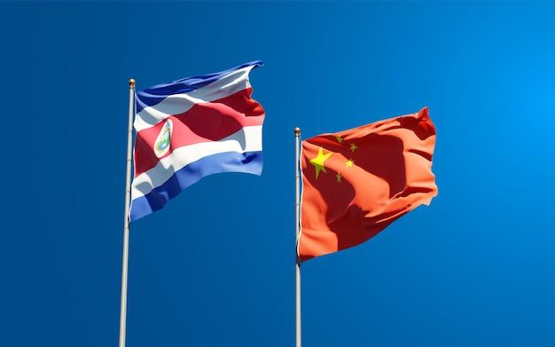 Красивые национальные государственные флаги китая и коста-рики вместе в небе