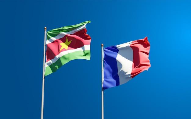 空に一緒にフランスとスリナムの美しい国民国家の旗