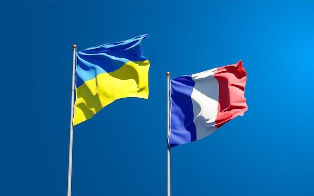 Красивые национальные государственные флаги франции и украины вместе в небе