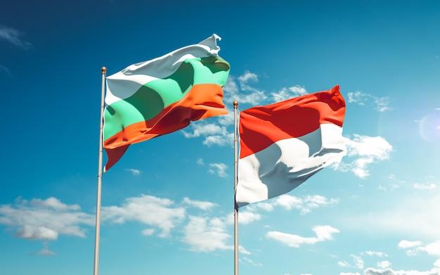 Красивые национальные государственные флаги индонезии и болгарии вместе на голубом небе