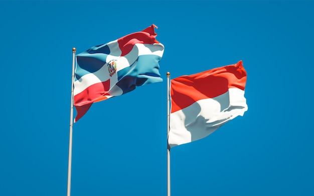 青い空に一緒にインドネシアとドミニカ共和国の美しい国の旗