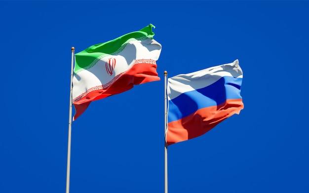 Красивые национальные государственные флаги ирана и россии вместе на голубом небе. 3d изображение