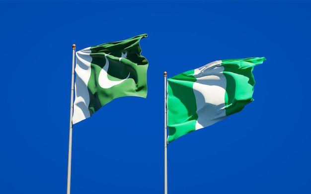 青い空に一緒にパキスタンとナイジェリアの美しい国の旗
