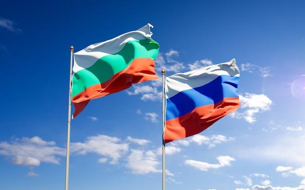 Красивые национальные государственные флаги россии и болгарии вместе на голубом небе. 3d изображение