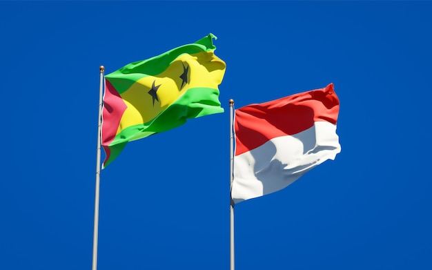 Красивые национальные государственные флаги сан-томе и принсипи и индонезии вместе на голубом небе