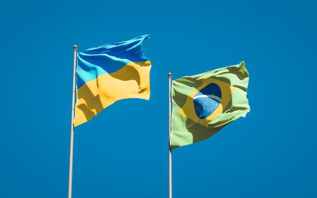 Красивые национальные государственные флаги украины и бразилии вместе на голубом небе