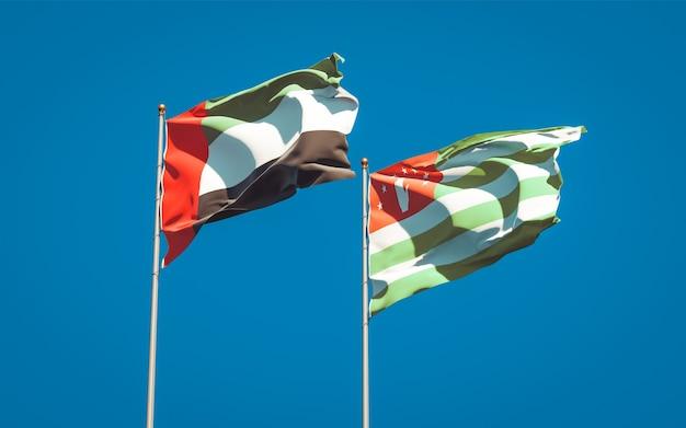 Красивые национальные государственные флаги объединенных арабских эмиратов, оаэ и абхазии вместе
