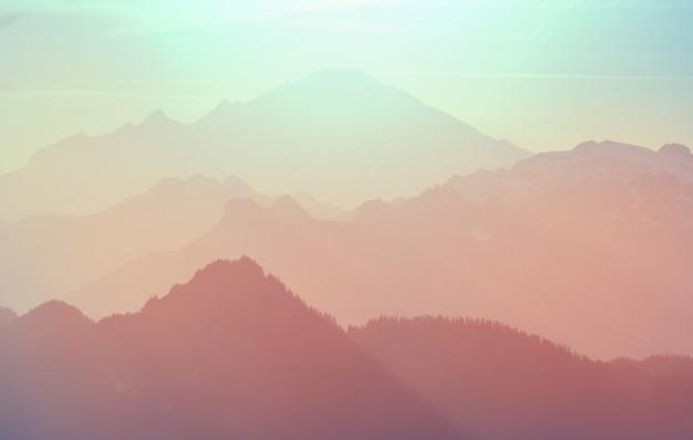 美しい自然の背景。日没時の山のシルエット。