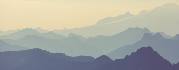아름다운 자연 배경. 석양에 산 실루엣입니다.