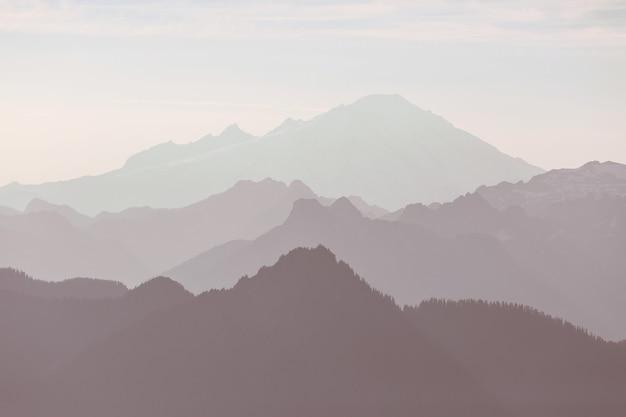 Красивый естественный фон. силуэт горы на закате.