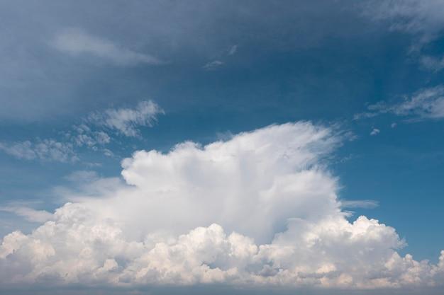 日光の下で空に美しい自然の雲