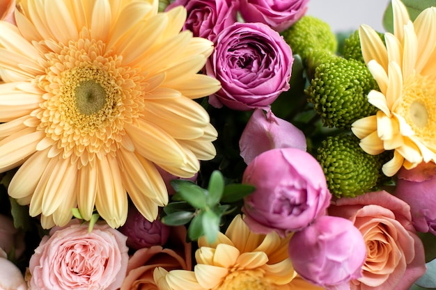 Красивый букет живых цветов