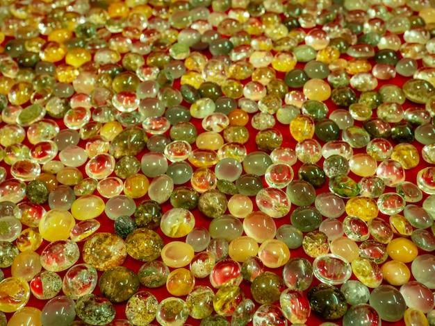 美しい天然石ガラス。クリスタルストーンの明るい山。クォーツ宝石のルチル