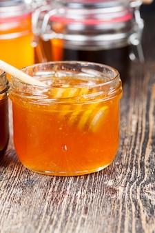 Красивый натуральный мед янтарного цвета, пчелиный мед, собранный медоносными пчелами в весенне-летний сезон, мед фасуют в посуду.