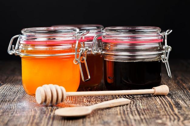 호박색의 아름다운 천연 꿀, 봄과 여름에 꿀벌이 수집 한 벌꿀