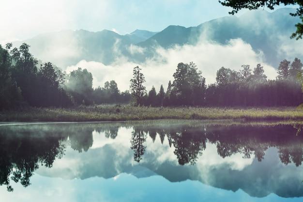 美しい自然の風景-ニュージーランド、南島、マシソン湖のクック山の反射