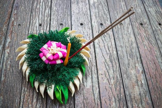 Красивый природный материал кратонг таиланда на деревянном столе