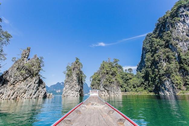 長い尾のボートからの美しい自然の山