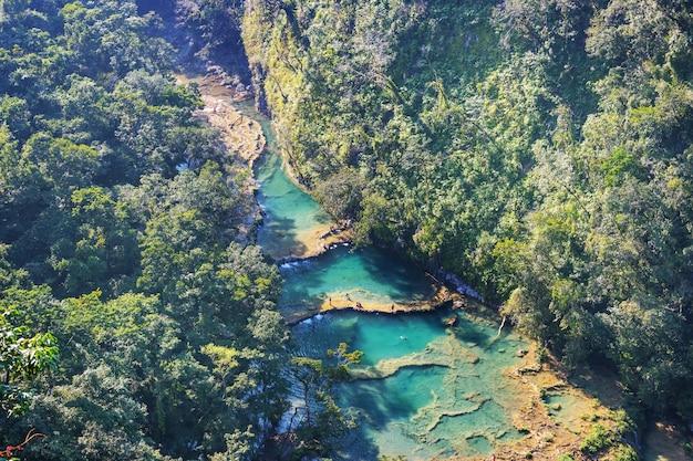 Semuc champey、lanquin、グアテマラ、中央アメリカの美しい自然のプール