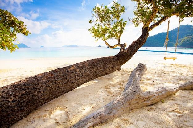 Красивая природная сцена тропического острова и морского пляжа