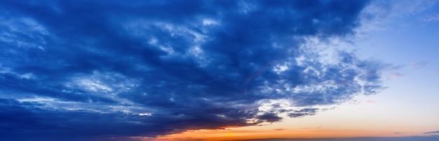 暗い雲と日没の美しい自然の空を背景に。 Premium写真