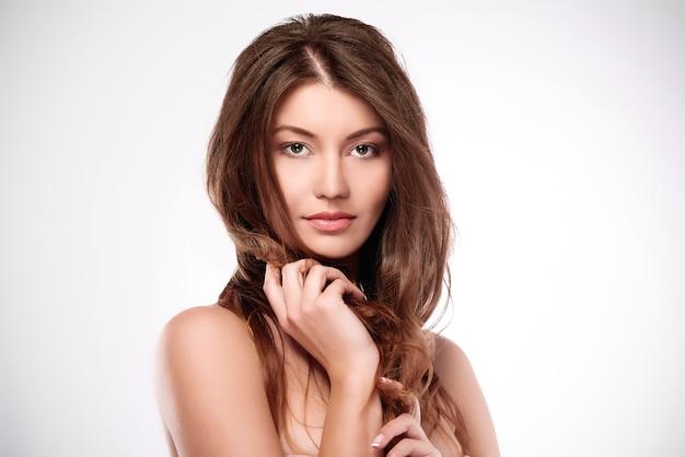 素晴らしい髪の美しい自然な女性