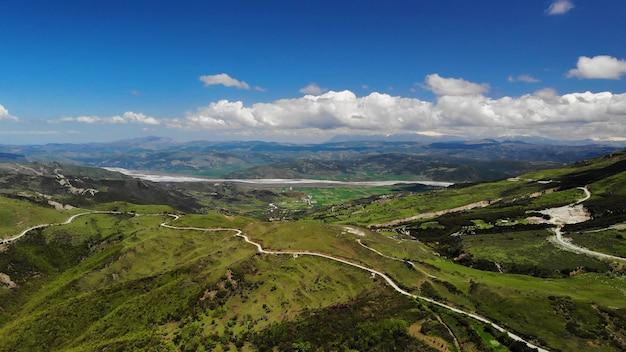 美しい自然。アルバニアの自然の風景。アルバニアの山岳地帯の空中映像